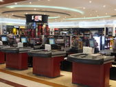 Shops at Dubai Duty Free at the International Airport — ストック写真
