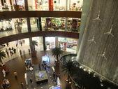 Waterfall at Dubai Mall in Dubai, UAE — Stock Photo
