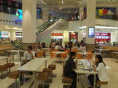 Food Court at Mall of the Emirates in Dubai, UAE — Stock Photo