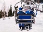 スキー場のリフトの民族 — ストック写真