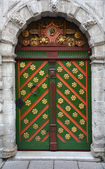 Vintage wooden door of the Tallinn city — ストック写真