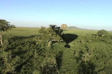 Hot air balloon drifting over the Serengeti Plains in Africa — Stock Video
