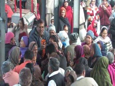 Hindistan'da tren istasyonunda holly kişi — Stok video