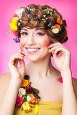 Mujer joven con maquillaje brillante — Foto de Stock