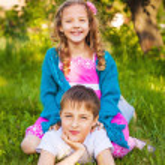 Two happy children having fun in the park — Stock Photo