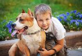 快乐的小男孩和他的狗 — 图库照片
