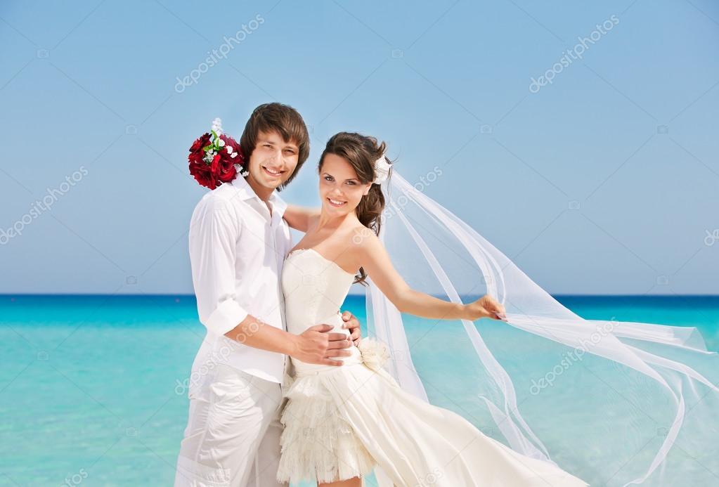 幸福的新娘和新郎在海滩 — 图库照片 #23532529