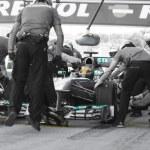 Постер, плакат: Lewis Hamilton Merecedes F1 Driver & Pitstop Team