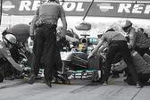 Lewis Hamilton - Merecedes F1 Driver & Pitstop Team — Stock Photo