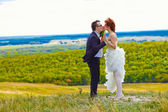 Newlyweds are on a high mountain wedding, the bride and groom ki — Stock Photo
