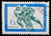 Urss - alrededor de 1970: un sello impreso en la urss, hockey, dos atletas — Foto de Stock