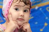 Meisje van de baby hand in hand met een persoon — Stockfoto