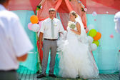 Bride and groom during newlyweds wedding ceremony — Stock Photo