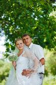 Bruid bruidegom pasgetrouwden blonde staande in een groen bos in summe — Stockfoto