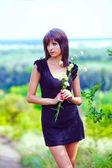 布鲁内特薄肖像女人手捧花的绿色打开字段 — 图库照片