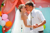 Couple bride and groom kissing on the wedding day dance — Stock Photo