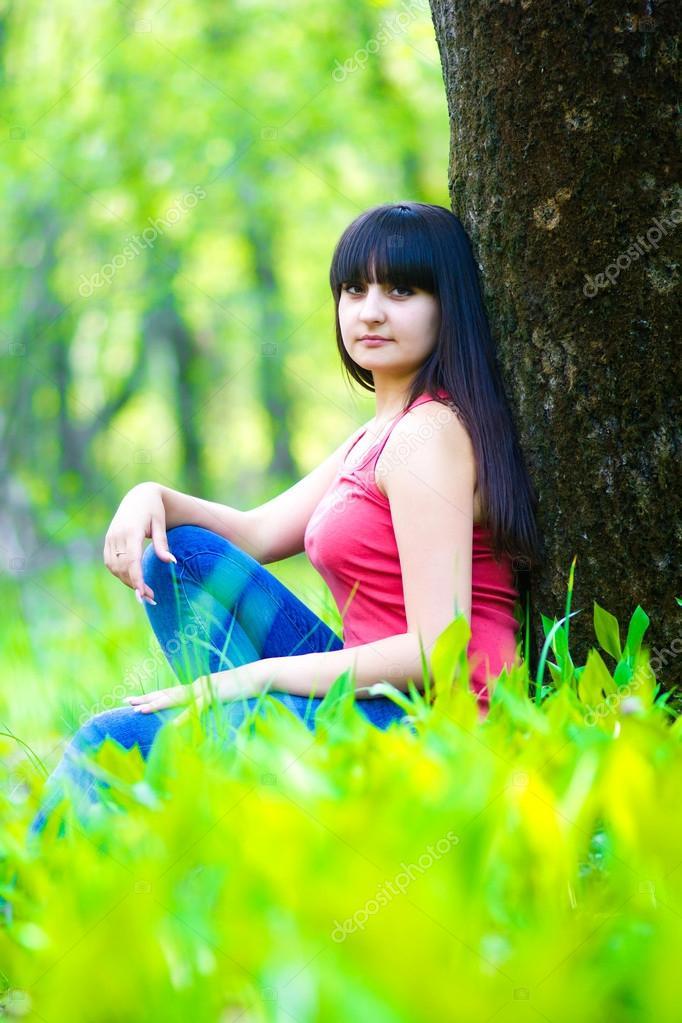 брюнетки в лесу