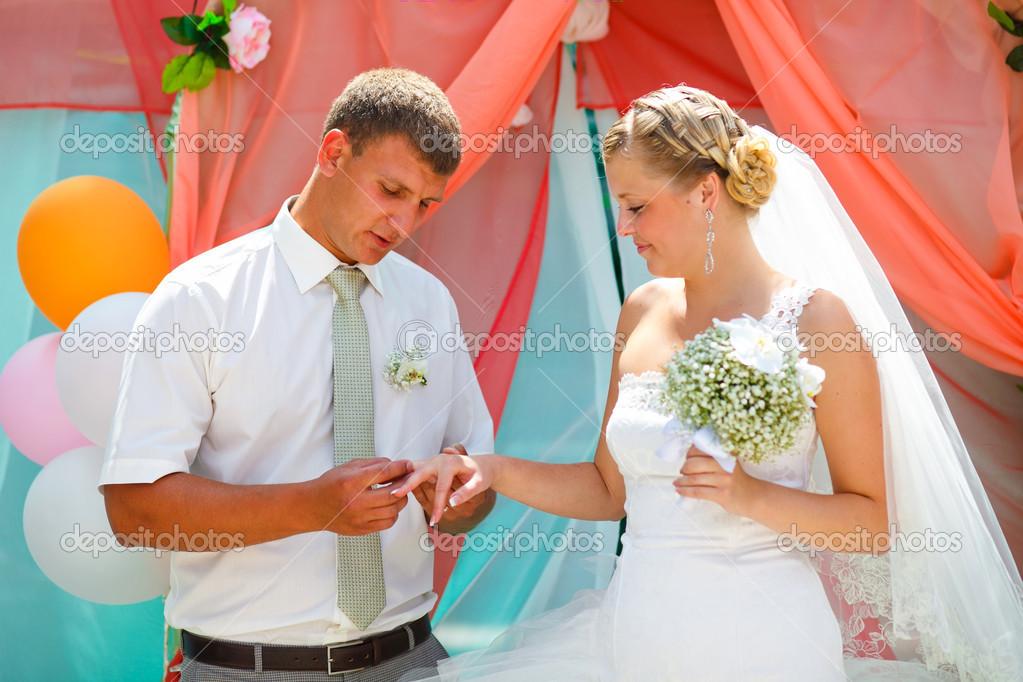 Кто должен одеть невесту на свадьбу