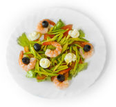 Aceitunas de ensalada de camarones plato comida aislados sobre fondo blanco — Foto de Stock