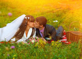 Sunlight bride and groom on a picnic in autumn are couple kissin — Stock Photo