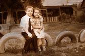 Retro svartvitt foto av sepia pojke och flicka barn sitti — Stockfoto