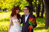 Mariés en regardant chaque faces dans un lar de la mariée et le marié rousse — Photo