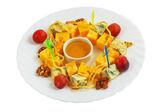 Ser jedzenie winogron orzechy sałatka na białym tle na tle clipp — Zdjęcie stockowe