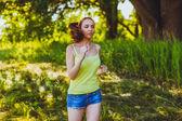Corridore bruna donna giovane esecuzione all'aperto, la prospettiva lifestyle — Foto Stock