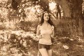 Bruneta žena mladý běžec běží venku, vyhlídky zdravé l — Stock fotografie