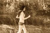 Mladá bruneta žena běžec běží venku, vyhlídky zdravé l — Stock fotografie
