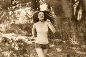 Corridore giovane donna bruna in esecuzione all'aperto, la prospettiva di un — Foto Stock