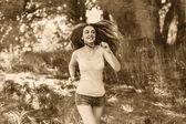 Młoda brunetka kobieta lekkoatletka uruchomiony na zewnątrz, perspektywa — Zdjęcie stockowe