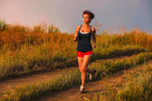 Beautiful healthy runs young brunette woman a athlete running ou — Stock Photo