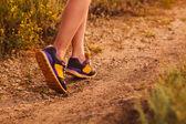 Spor, koşma, egzersiz ve yürüyüş kadın ayakkabı büyük bacaklar — Stok fotoğraf