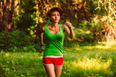 Beautiful healthy runs young brunette woman athlete a running ou — Stock fotografie