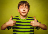 Blonde boy kid in shirt holding thumbs up, showing sign yes emot — Foto Stock