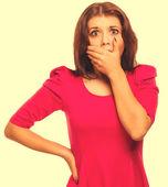 女子惊讶害怕的经历恐惧盖口 ; 她的聪慧 — 图库照片
