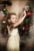 Meisje versiert de kerstboom — Stockfoto