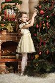 女孩装饰圣诞树 — 图库照片