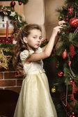 Girl decorates the Christmas tree — ストック写真