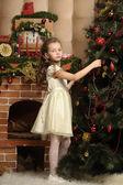 Girl decorates the Christmas tree — Foto Stock