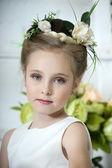 Garota linda em um vestido branco com uma flor — Fotografia Stock
