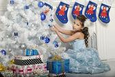 Fille avec des cadeaux — Photo