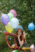 Ung kvinna med färgglada latex ballonger — Stockfoto