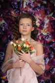Girl with rose bouquet — Stock Photo