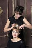 Peluquero hace peinado para las mujeres muy jóvenes — Foto de Stock