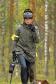 Paintballer, играя в лесу — Стоковое фото