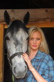 Sexy blonde with a horse — Stockfoto