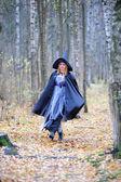 Kız ormanın içinde bir cadı kostüm — Stok fotoğraf