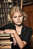 девочка школьница в ретро библиотеки — Стоковое фото